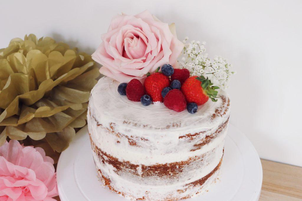 Naked cake fruits rouges et coco - La cuisine de Déborah
